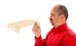 Niesender Mann mit Taschentuch Lizenzfreies Stockfoto