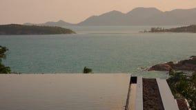 Nieskończoność basenu wody powierzchnia z Dennym widokiem przy zmierzchem zdjęcie wideo