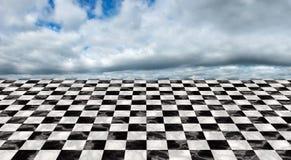Nieskończona szachownicy podłoga, chmury, niebo Fotografia Royalty Free