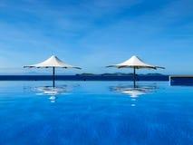 nieskończoności basenu morza parasol Zdjęcie Royalty Free