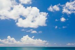Nieskończony niebo nad morze Zdjęcia Royalty Free