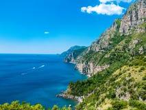 Nieskończony widok dzika linii brzegowej faleza zakrywająca z drzewami przy Positano, Amalfi wybrzeże, Naples, Włochy obraz stock