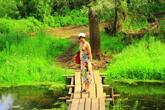 Niespodzianek damy na drewnianym footbridge Zdjęcie Stock