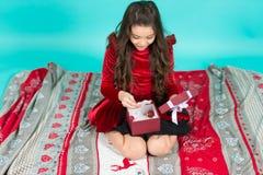 niespodzianka Świąteczny świętowanie nowy rok wigilia w domu Śliczna małe dziecko dziewczyna z nowy rok teraźniejszością Szczęśli obrazy royalty free