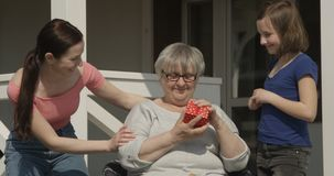 Niespodzianka dla babci Kochaj?cej Rodzinnej c?rki wnuczki i U?miechaj?cy si? Outdoors a Chuje prezent dla Starej babci Siedzi i  zbiory wideo