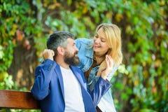 Niespodzianka dla on Mężczyzna czekania dziewczyna Parkowy najlepszy miejsce dla romantycznej daty Para w miłości natury romantyc obrazy stock