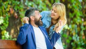 Niespodzianka dla on Romantyczny pojęcie Mężczyzna czekania dziewczyna Parkowy najlepszy miejsce dla romantycznej daty Para w mił fotografia stock