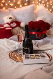 Niespodzianka dla ukochanego, prezent dla Marzec 8: Handmade czekolada, szkło szampan, róże fotografia stock