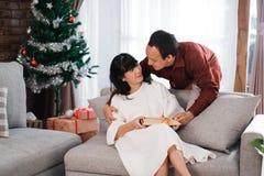 Niespodzianka prezent kochający w święto bożęgo narodzenia zdjęcia royalty free