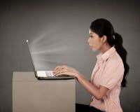 Niespodzianka Przyglądający laptop zdjęcie royalty free