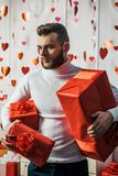 niespodzianka, romantyczna Prezent dla dziewczyny Atrakcyjny macho z prezentami ?wi?tuje valentines dzie? Seksowna brodata faceta obrazy stock