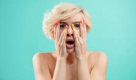 Niespodzianka, zdumiewająca dziewczyna z rękami na twarzy fotografia stock