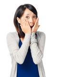 Niespodzianki wyrażenie młoda dziewczyna zdjęcie stock