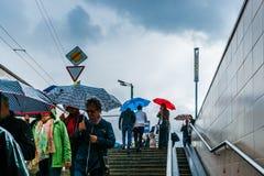 Niespodziewany deszcz i ludzie Obrazy Royalty Free