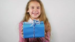 Niespodziewany prezent spada na uroczej dziewczynie swobodny ruch zbiory