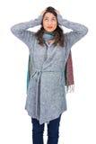 Niespokojna ładna brunetka jest ubranym zimę odziewa pozować Zdjęcie Royalty Free
