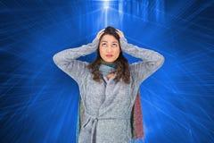 Niespokojna ładna brunetka jest ubranym zimę odziewa pozować Zdjęcia Royalty Free
