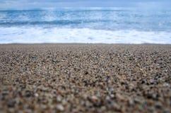 Niespokojna foamy błękit fala przychodzi przy morzem śródziemnomorskim Fotografia Stock