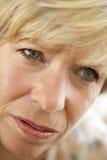 niespokojna przyglądająca portreta seniora kobieta fotografia royalty free