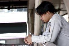 Niespokojny i sfrustowany Azjatycki biznesowy mężczyzna patrzeje daleki w depresji zdjęcie royalty free