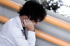 Niespokojny i sfrustowany Azjatycki biznesowy mężczyzna w depresji zdjęcie royalty free