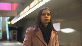 Niespokojny opóźniony dla pracy i młoda kobieta brakowaliśmy pociąg, codzienna rutyna, dojeżdżający zdjęcie wideo