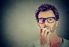 Niespokojny zaakcentowany mężczyzna patrzeje daleko od zdjęcia royalty free