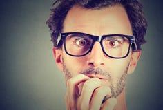 Niespokojny zaakcentowany mężczyzna patrzeje kamerę zdjęcie stock