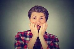 Niespokojny zaakcentowany młody człowiek patrzeje kamerę Obraz Stock