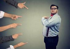 Niespokojny zdziwiony biznesowy mężczyzna sądził różnymi ludźmi wskazuje palce przy on zdjęcie stock