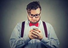 Niespokojny zmartwiony biznesmen z telefonem komórkowym zdjęcie royalty free