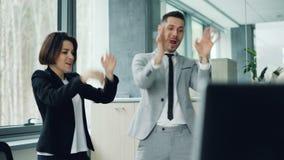 Niestaranni urzędnicy wpólnie rusza się ręki i ciała są relaksujący przy praca tanem i śmiać się mieć zabawę dobry humor zbiory