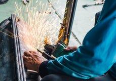 Niestaranny pracownika use ręki spaw bez zbawczych rękawiczek zdjęcie stock