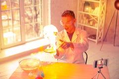 Niestaranny przerażony naukowiec ma ogienia w domu obrazy royalty free