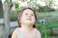 Niestaranny szczęśliwy uśmiechnięty mała dziewczynka portret w lata 4 lat, uśmiechnięty dziecko fotografia stock