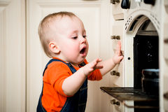 Niestrzeżony dziecko z otwartym piekarnikiem Obraz Royalty Free