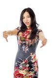Nieszczęśliwa Azjatycka młoda kobieta daje kciukom zestrzela gest obrazy stock