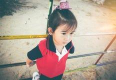 Nieszczęśliwa azjatykcia dziewczyna patrzeje na boku podczas gdy czuć smutny przy dziećmi p Obrazy Stock