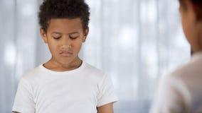 Nieszczęśliwa chłopiec w lustrzanym odbiciu, rodzice znęcać się walczy, szkoła, depresja obrazy royalty free