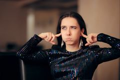 Nieszczęśliwa dziewczyna Nienawidzi Głośną Złą muzykę przy przyjęciem obrazy royalty free