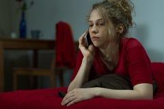 Nieszczęśliwa kobieta opowiada na telefonie komórkowym zdjęcia stock