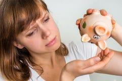 Nieszczęśliwa kobieta trząść pustego prosiątko banka Fotografia Royalty Free