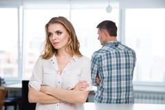 Nieszczęśliwa kobieta w bełcie z jej mężem w domu Obrazy Stock
