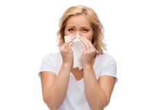 Nieszczęśliwa kobieta z papierowej pieluchy podmuchowym nosem zdjęcie stock