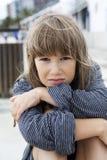 Nieszczęśliwa mała dziewczynka jest ubranym pasiastą koszulkę jej ojciec Zdjęcie Royalty Free