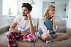 Nieszczęśliwa para małżeńska na krawędzi rozwodowa opłata impotencja zdjęcia stock