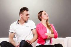Nieszczęśliwa para no opowiada nieporozumienie Obrazy Royalty Free