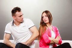 Nieszczęśliwa para no opowiada nieporozumienie Zdjęcia Stock