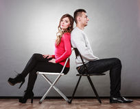Nieszczęśliwa para siedzi z powrotem popierać nieporozumienie Zdjęcia Stock
