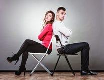 Nieszczęśliwa para siedzi z powrotem popierać nieporozumienie Obraz Stock